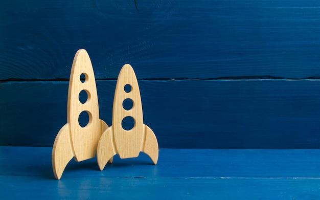 Foguete de espaço de madeira em um fundo azul. o conceito de minimalismo, alta tecnologia