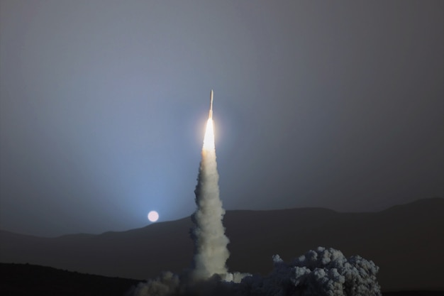 Foguete espacial decolou com sucesso no espaço no planeta marte ao pôr do sol azul. exploração de outros planetas e busca por uma nova vida. nave espacial voando