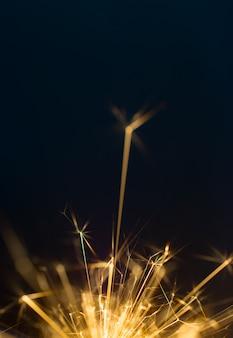 Foguete, fogo de artifício abstrato sobre fundo preto.