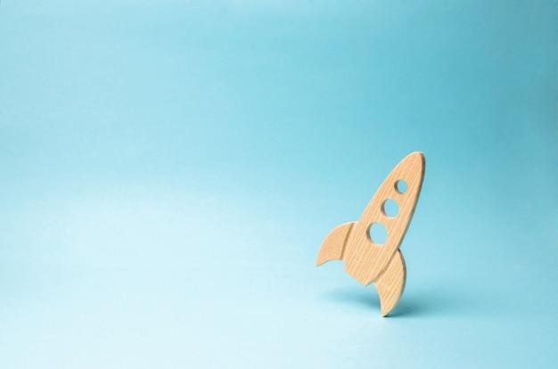 Foguete sobre um fundo azul. o conceito de startup, educação e o desejo de pesquisar.