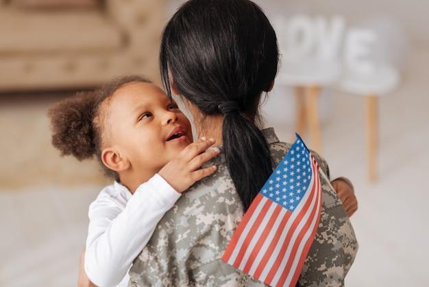 Foi tão longo. garotinha encantadora e brilhante contando à mãe que sentia muitas saudades dela enquanto ela trabalhava para seu país