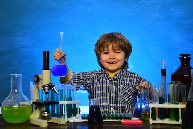Foi um pequeno experimento de química. ciência. microscópio de laboratório e tubos de ensaio. filho de