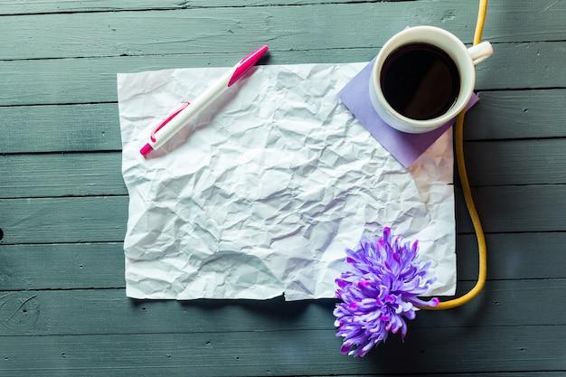 Folha amassada de papel e lápis