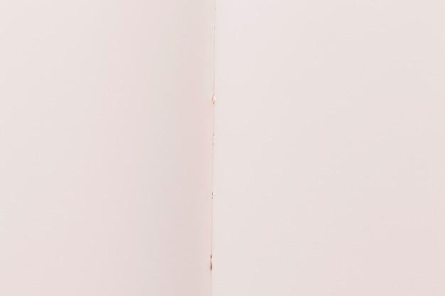 Folha branca de textura de papel dobrada