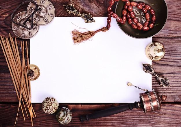 Folha branca em branco e objetos religiosos antigos