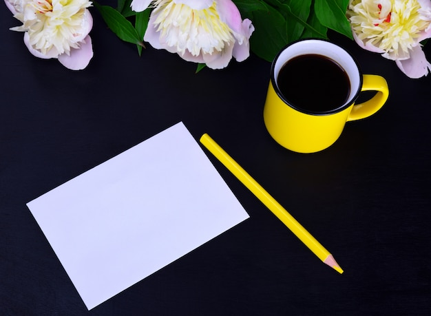 Folha branca vazia de papel e lápis amarelo