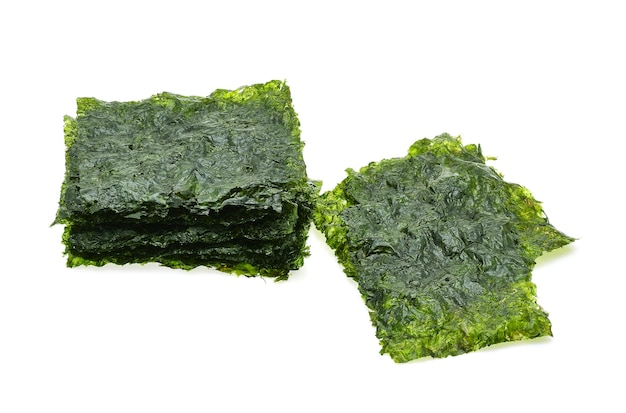 Folha de algas secas, algas crocantes isoladas no fundo branco.