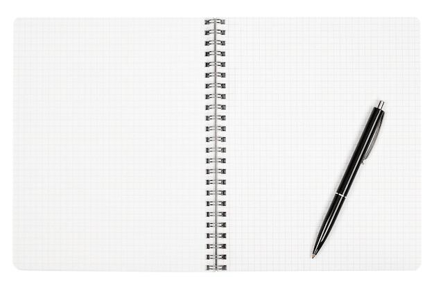 Folha de caderno em branco e caneta preta em fundo branco isolado