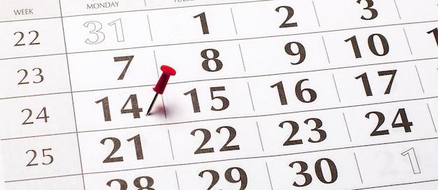 Folha de calendário para 2021 com o 14º número destacado em vermelho. conceito organizacional