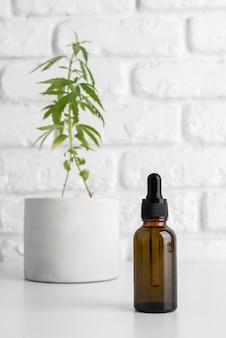 Folha de cannabis e composição do frasco de óleo