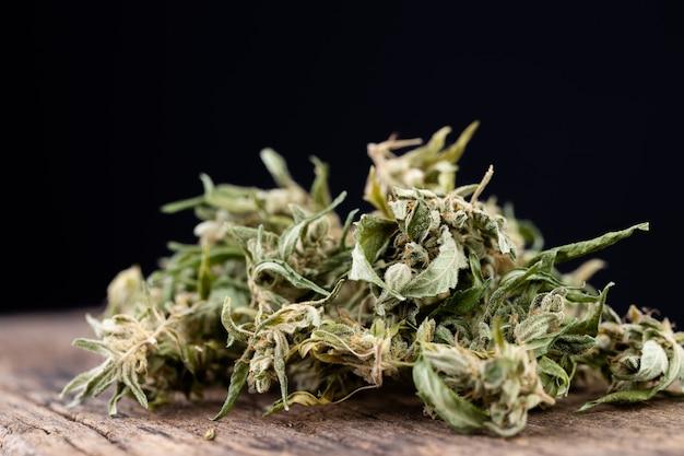 Folha de cannabis na velha mesa de madeira