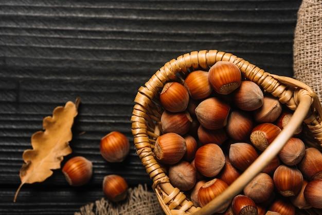 Folha de close-up perto de cesta com nozes