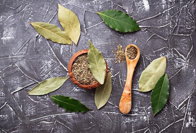 Folha de louro fresca, moída e seca