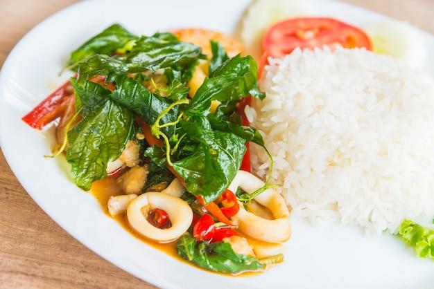 Folha de manjericão frito picante com frutos do mar e arroz