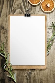 Folha de menu em painel de madeira