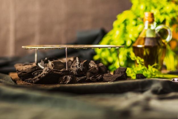 Folha de metal grelhado sobre o carvão na mesa