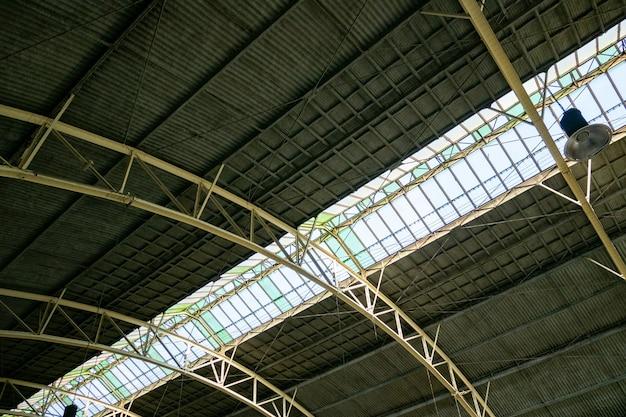 Folha de metal interior do telhado, estação de trem.