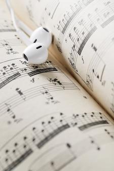 Folha de notas musicais e fones de ouvido