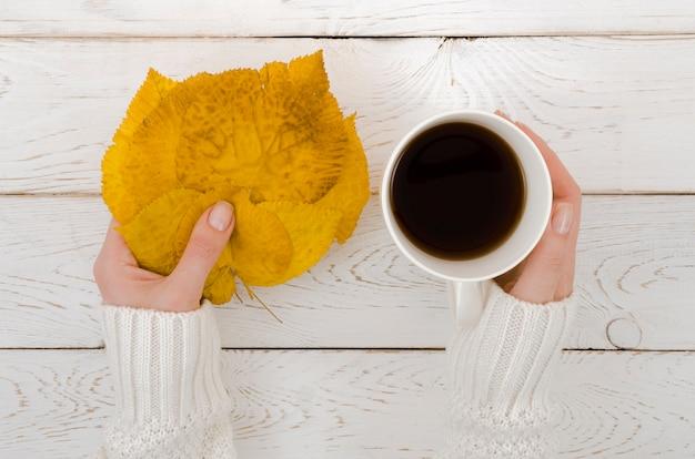 Folha de outono vista superior com café