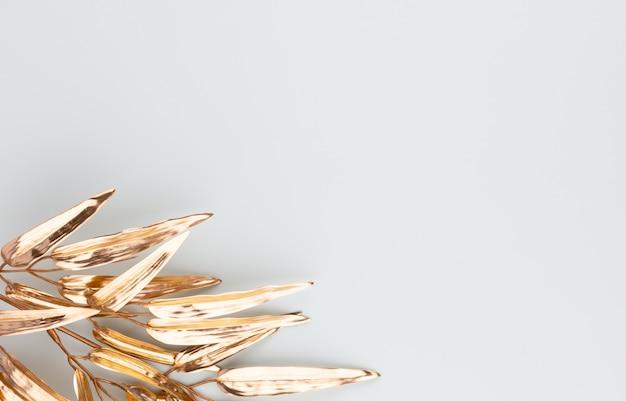 Folha de palmeira dourada isolada