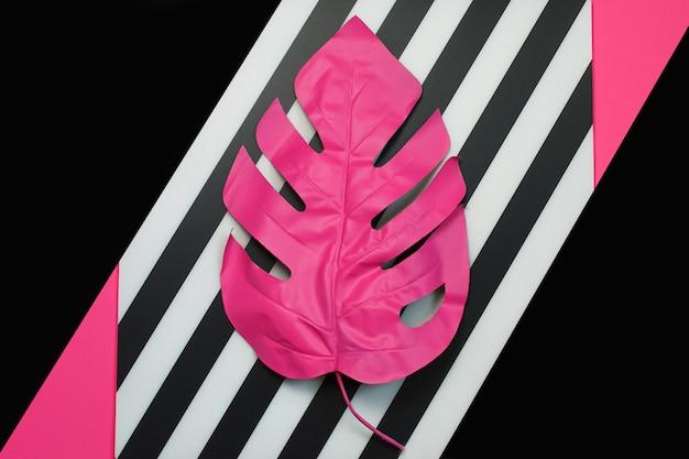 Folha de palmeira tropical rosa de monstera