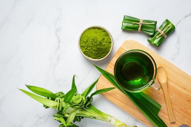 Folha de pandan verde fresca na mesa