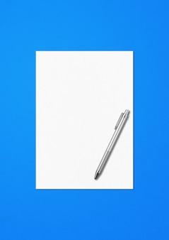 Folha de papel a4 em branco e modelo de maquete de caneta isolado em fundo azul