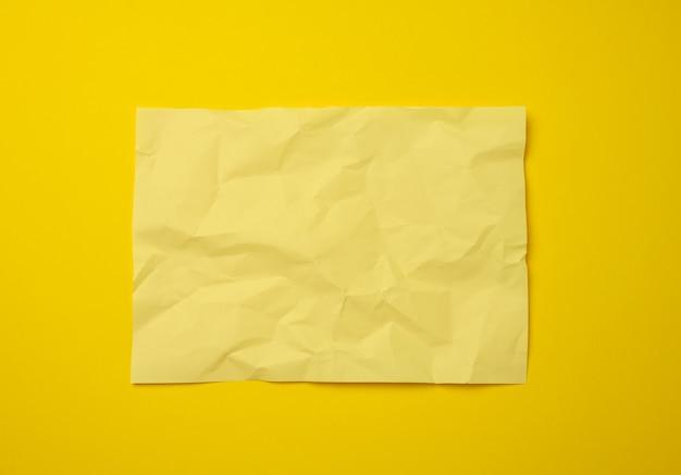 Folha de papel amarela amassada em branco, copie o espaço. formato a4