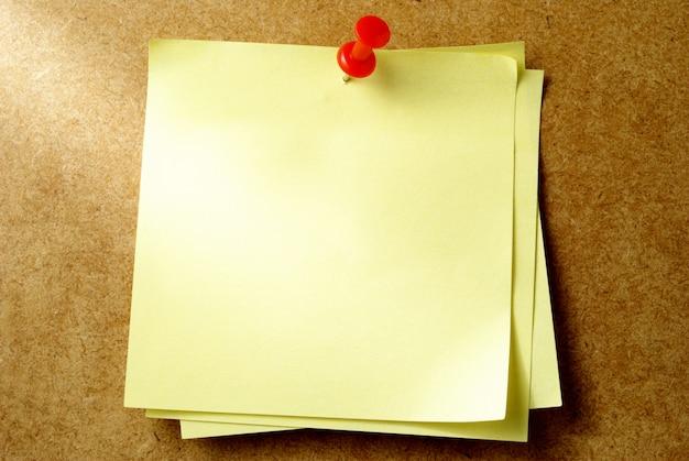 Folha de papel amarela