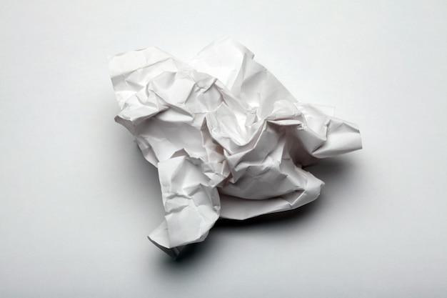 Folha de papel amassada.