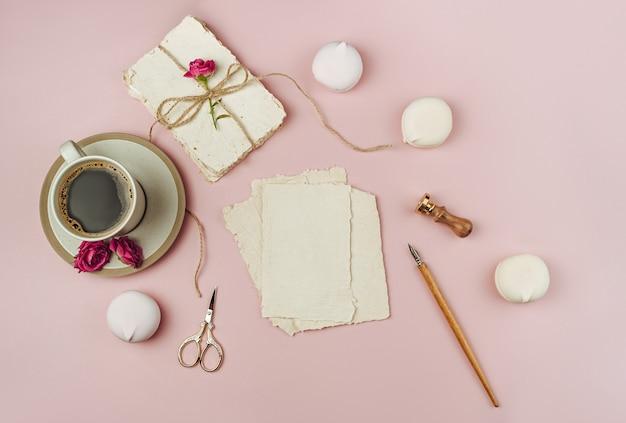 Folha de papel aquarela cercada por decorações para o dia dos namorados