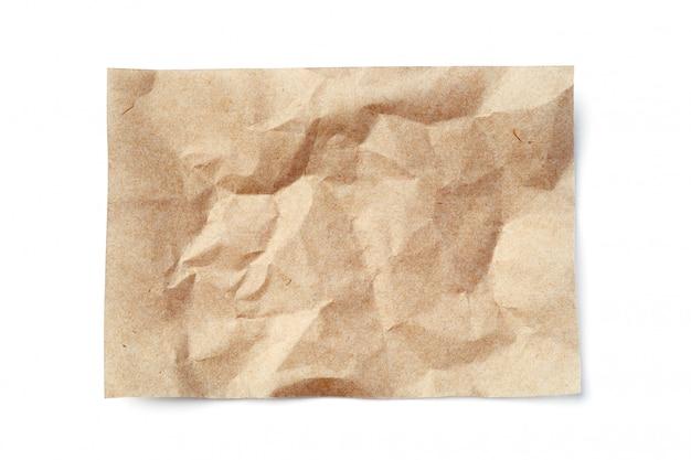Folha de papel bege amassado isolada no branco