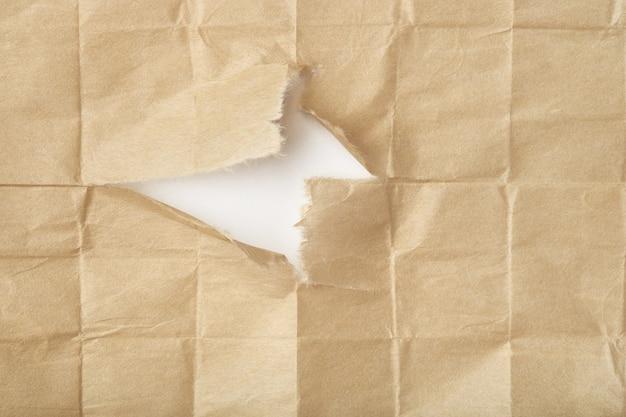 Folha de papel bege dobrada rasgada
