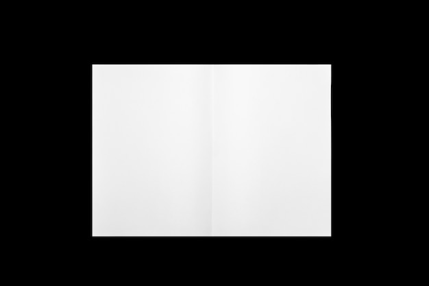 Folha de papel branca dobrada ao meio isolado no fundo preto