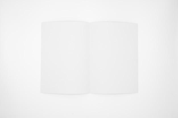 Folha de papel branca dobrada