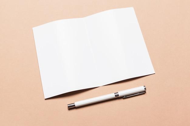 Folha de papel branca em branco dobrada como um folheto dobrável em duas partes