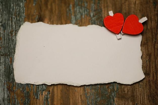 Folha de papel branca, notas de amor e formato de coração