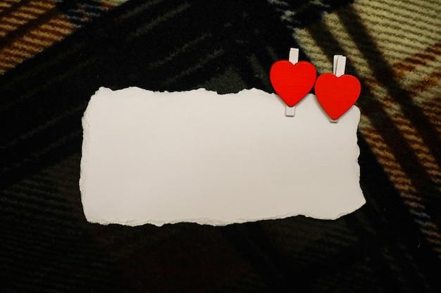 Folha de papel branca notas de amor e formato de coração