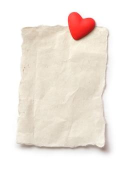 Folha de papel branca para o seu texto e coração vermelho. dia dos namorados de fundo