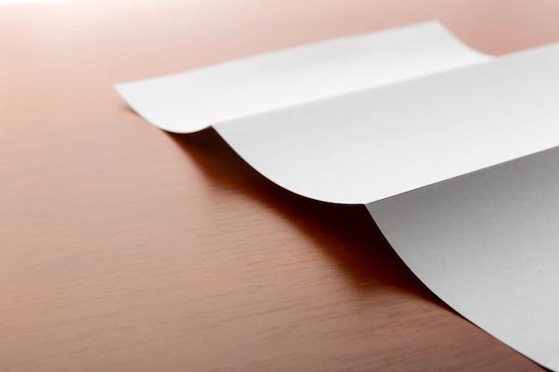 Folha de papel branca sobre a mesa