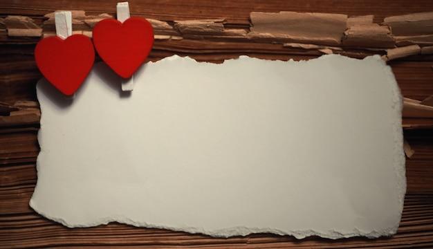 Folha de papel branca velha com notas de amor e formato de coração