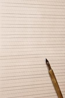 Folha de papel branco vazio com listras desenhadas.