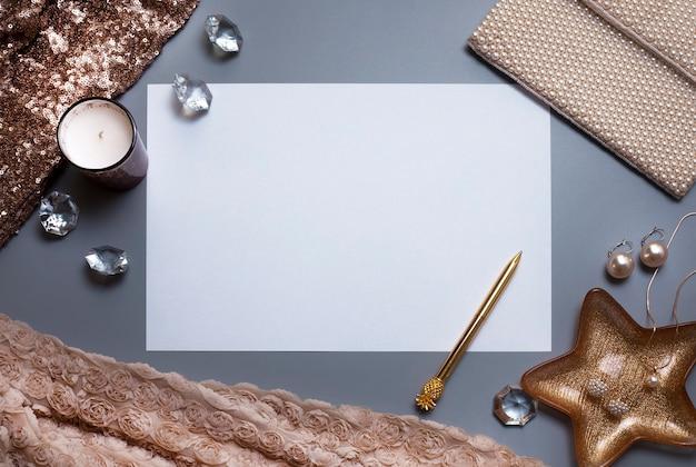 Folha de papel branco vazio joias e outros acessórios no fundo cinza espaço livre