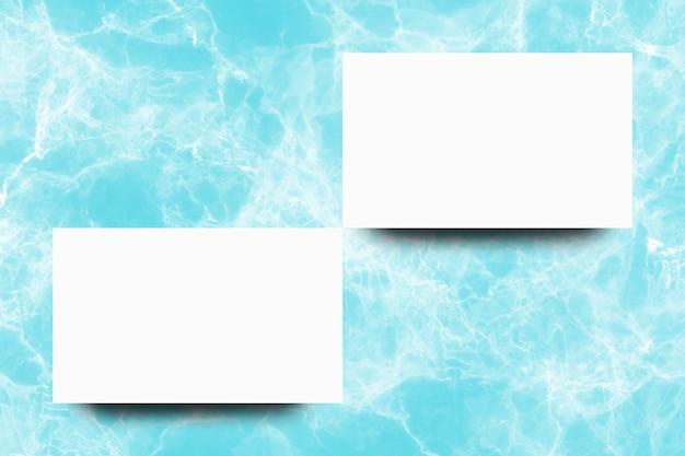 Folha de papel branco vazio no fundo de mármore turquesa