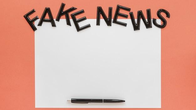 Folha de papel com notícias falsas