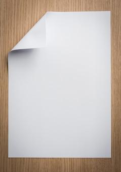 Folha de papel com um canto dobrado