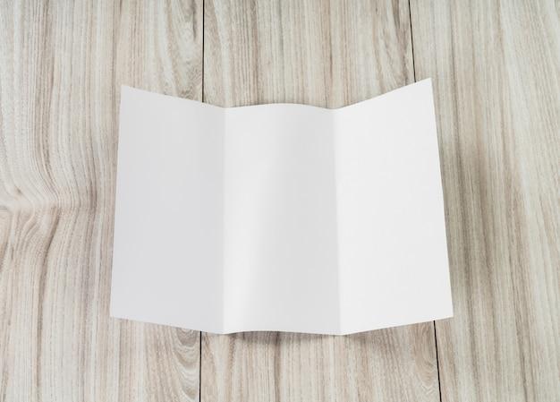 Folha de papel dobrada sobre o branco