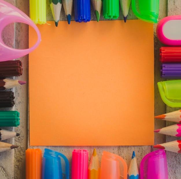 Folha de papel e canetas