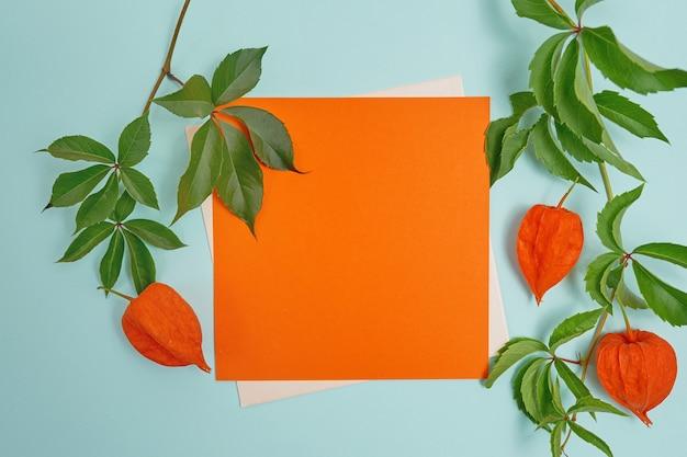 Folha de papel e envelope laranja cartão para o dia de ação de graças em estilo rústico, com espaço para seu texto.