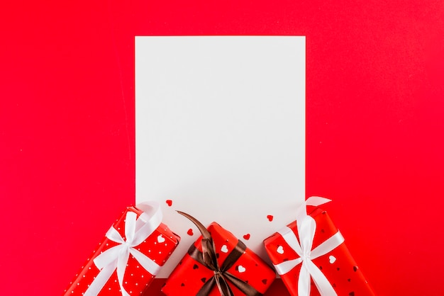 Folha de papel e presentes do dia dos namorados no vermelho